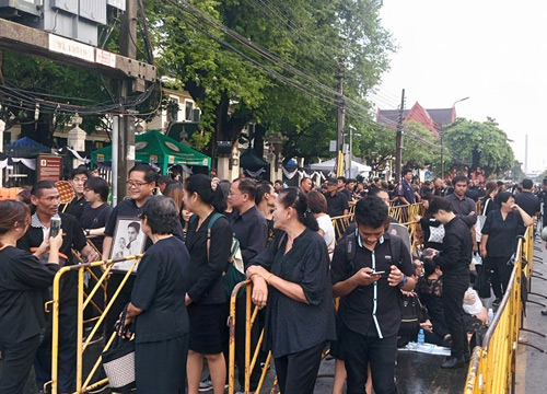 "<a href=""website_en/news/news_detail/WNSOC6002210010030"" target=""_blank"" class=""fontbold font14"" style=""line-height: 1.5em;"">Thais continue to pay their respects to the late King</a>
